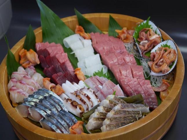 【1001】トロとしめさばが大好きなお子様の手巻き:お祝い 5人前 ¥20,000-<br /> 小学生のお子様のためのお誕生日のお祝い 中トロ(アイルランド)、生マグロ (ケープタウン)、真鯛(生月島)、白いか(福岡)、タコ(長崎)、赤貝。親御さんのおつまみとして真鯛を皮付きのまま昆布締めにして炙りにしております。