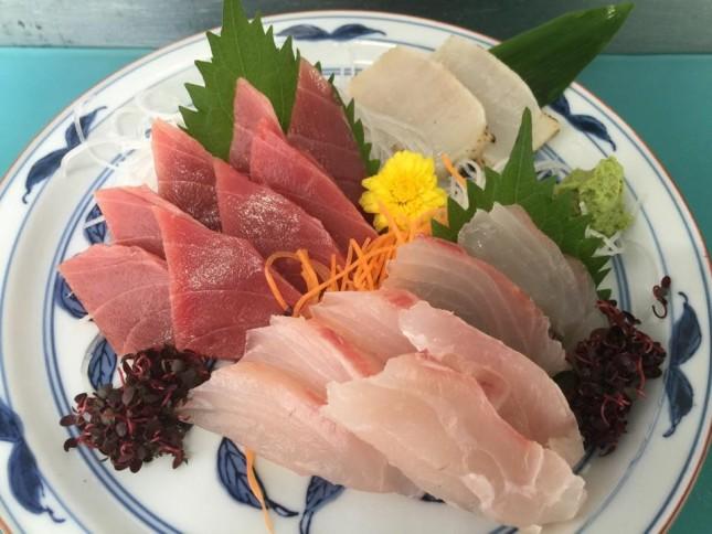 【1020】鯛と中トロと平貝の三種盛お造り:ご自宅用お造り 2人前 ¥4,500-<br /> 中トロと白身と貝というオーソドックスな組み合わせのお造りです。