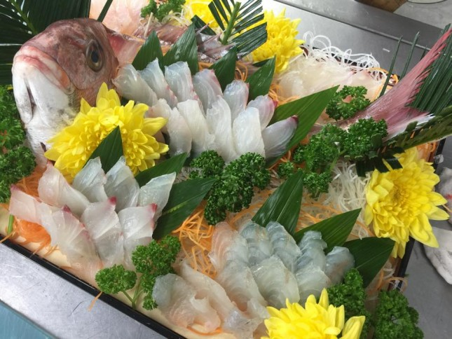【1022】お祝いの鯛の姿造り:お祝い用 5人前 ¥12,500-<br /> 活き締めの鯛を豪華に一尾お造りにしました。