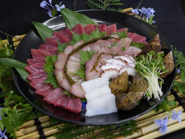 【1031】アジアンテイストの一品:ホームパーティー 5人前 ¥6,500-<br /> 今回のお料理テーマエスニック。生マグロの赤身を漬けにして、ヒラマサを昆布締めに、黒バイガイを塩ゆでして全体の色調をアジアンテイストにしあげました。生マグロ(ケープタウン)、ヒラマサの昆布締め(生月島 長崎)、黒バイガイ (紀州)、地タコ(長崎)、白いか(福岡)