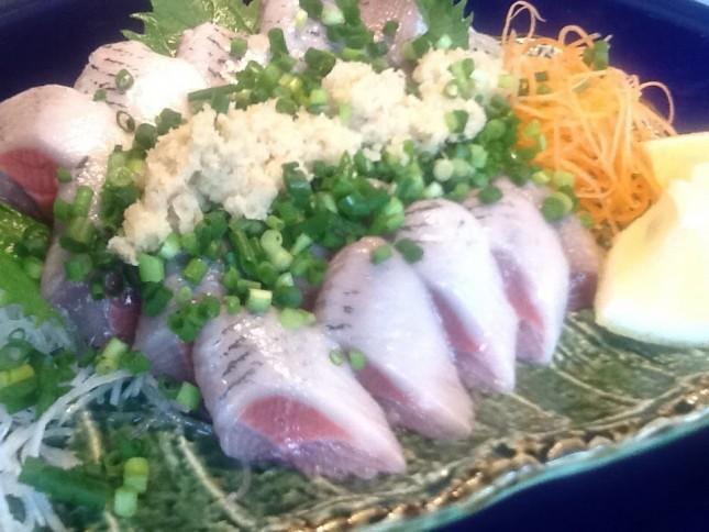 【1035】イワシ、いわし、鰯 のお刺身!:ご自宅用。お父さんの晩酌に 2人前 ¥1,000-<br /> 北海道産の脂ののった、ピンピンのイワシ!お刺身で食べないともったいない鮮度です。ショウガ、ネギをこれでもかというぐらいのせて食べましょう!青魚ならではのパンチの効いた美味しさをご堪能下さい。