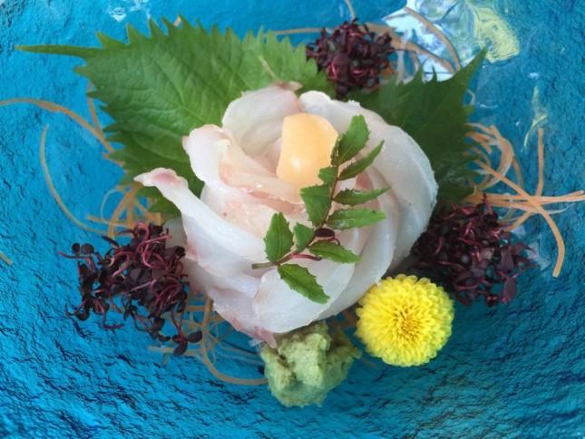 【1036】鯛の菊花造り:ご自宅用お造り 1人前 ¥1,800-<br /> 春の盛りの鯛を味わっていただくために、菊の花の様にお造りいたしました。