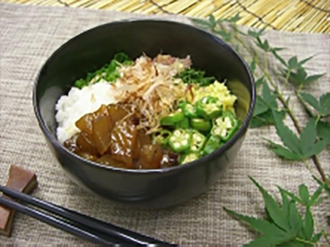 【2007】トビウオの山かけどんぶり:大人向き 2人前 ¥1,000-<br /> 九州地方では「あごだし」として使われるほどうま味の強いトビウオをお刺身で。このどんぶりでは食べやすくタタキにするのでうま味が前面に引き出されます。<br /> 長芋とオクラのシャキシャキとした食感と共にご賞味ください。アジで作っても同じく美味です。<br /> 詳しいレシピはこちら