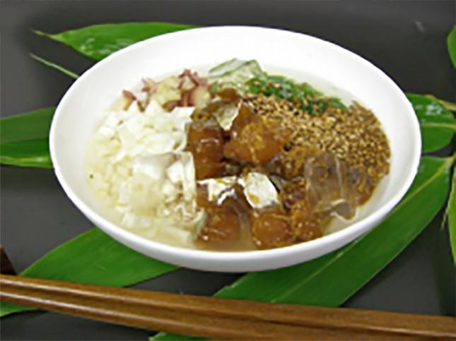 【2005】アジの冷やし茶漬け:大人向き 2人前 ¥1,300-<br /> アジの鮮度が勝負!の一品。たっぷりの薬味と煎り立てのゴマがアジの美味しさを引き立てます。タイや平目でもお試しください。<br /> 詳しいレシピはこちら