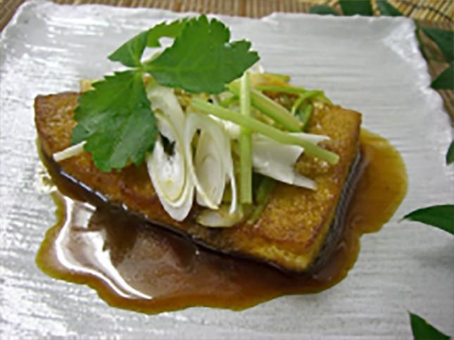 【2004】カジキのカレー照り焼き:お子様向き 2人前 ¥1,800-<br /> カジキは使いやすい魚ですが、冷凍ものは身が固かったりパサついたりしてがっかりすることがあります。<br /> ぜひ、鮮度抜群の生のカジキでジューシーな照り焼きをお楽しみください。このレシピはサワラにもGood!です。<br /> 詳しいレシピはこちら