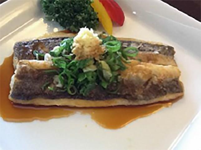 【2002】カマスの薬味のせ:大人・子ども向き 2人前 ¥1,500-<br /> 小骨がなく食べやすいのでカマスの苦手な子どもさんにもおすすめです。どんなお魚でも合いますが、サワラやタイなどの白身魚が美味しいです。<br /> 詳しいレシピはこちら