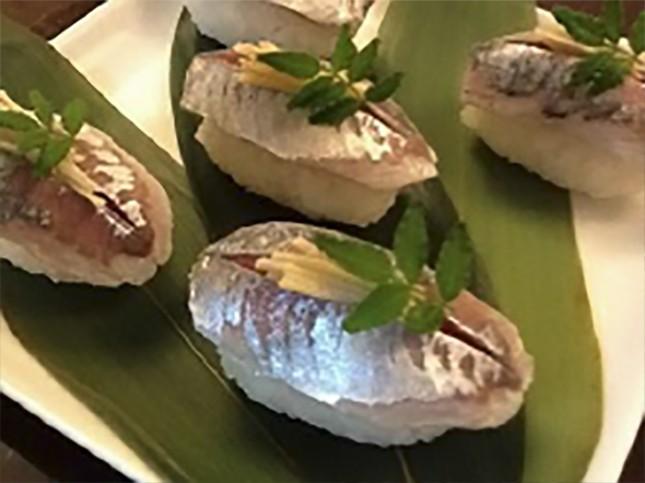 【2012】アジ鮨:大人向き 2人前 ¥1,200-~1,500-<br /> アジそのものの良さを味わうコツは軽い酢締めにすることです。<br /> 詳しいレシピはこちら