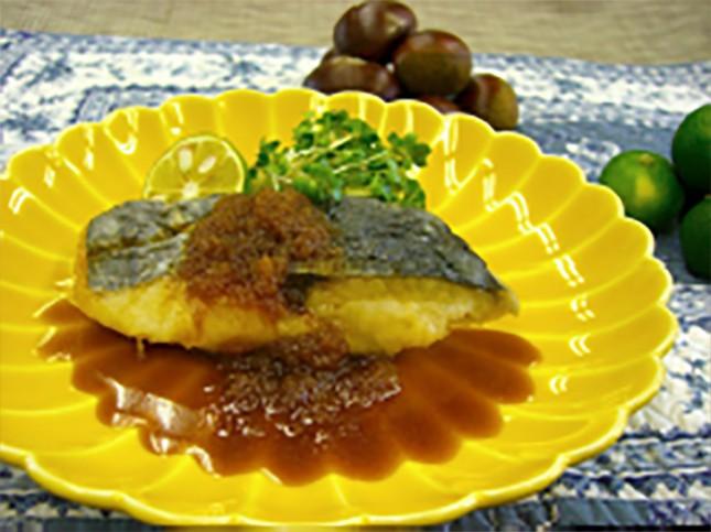 【2010】サワラの玉ねぎジャー:お子様向き 2人前 ¥1,500-<br /> 玉ねぎのすりおろしを使ったフライパン照り焼き。濃厚なタレとサワラの優しいお味が相性バツグンです。<br /> あっという間にできますので、定番メニューにいかがでしょう?タラやブリでもOKです。<br /> 詳しいレシピはこちら