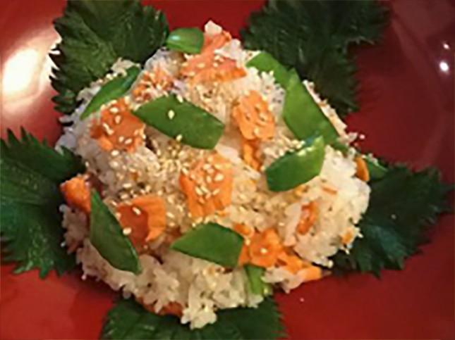 【2017】鮭チン!で混ぜご飯:お子様向き 2人前 ¥500-<br /> レンジで加熱する方が、手間が省けるだけでなく、固いところがなくしっとり仕上がり、お子様に大人気。お弁当にも重宝します。アジの開きで作ってもよいですね。<br /> 詳しいレシピはこちら